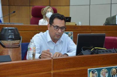 Arévalo retruca y lanza varias acusaciones contra el director de Aduanas