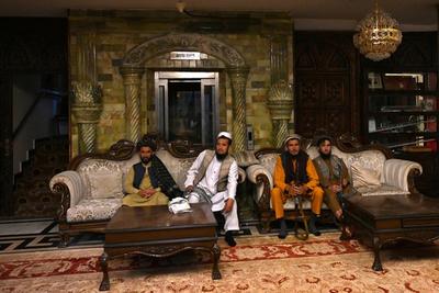 La opulenta mansión de Abdul Rashid Dostum es ocupadas por los talibanes