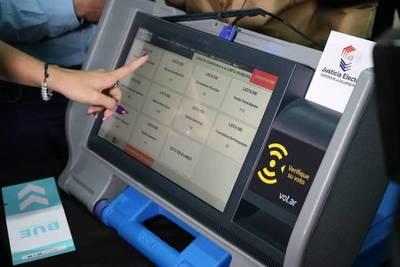 Realizan capacitación sobre máquina de votación en vacunatorio