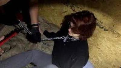 Aparece muerta una joven en un baldío: antes de ultimarla la violaron