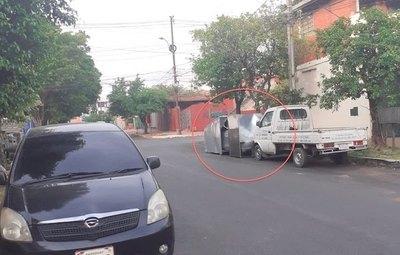 Crónica / MEDIDA ANTIRROBO. ¡Enjauló y encadenó su auto en la calle!