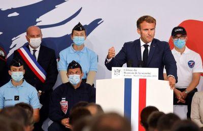 Macron quiere duplicar en diez años la presencia de agentes en las calles