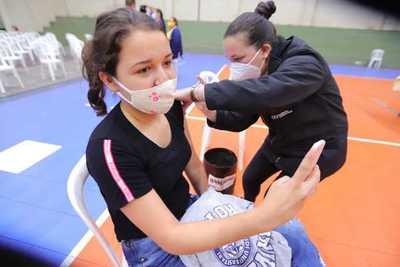 Prosigue vacunación de primera dosis para jóvenes de 19 años y adultos de 50 años en adelante