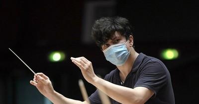 La Nación / Músico uzbeko de 32 años toma la batuta de la Filarmónica de Estrasburgo