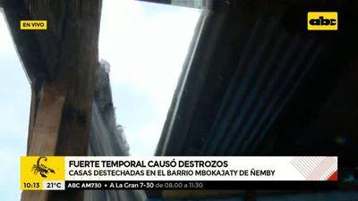 Casas destechadas tras temporal en el barrio Mbocayaty de Ñemby