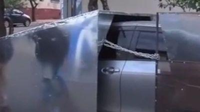 Cansado de ladrones, enjauló su auto para que no le roben