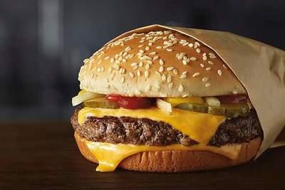 ¡Mirá lo que encontró! Joven se volverá vegano tras sorpresita en hamburguesa de McDonald's
