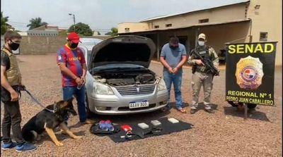 Can antidrogas detecta cocaína en un vehículo y dos personas fueron aprehendidas