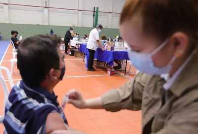 Hasta hoy será vacunación para primera dosis y desde mañana se aplicará la segunda