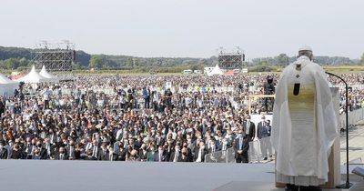 La Nación / El papa finaliza su viaje a Eslovaquia con una misa multitudinaria