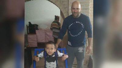 Herrero armó un andador a su vecinito enfermo para que pueda caminar