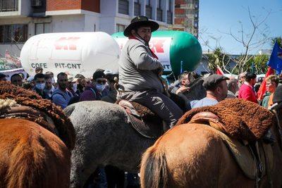 Central sindical uruguaya exhibe su músculo en un acto que juntó campo y ciudad