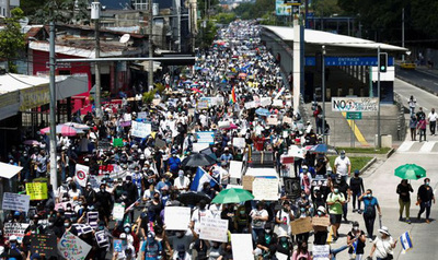 Miles de salvadoreños salieron a las calles para protestar contra el Gobierno de Nayib Bukele