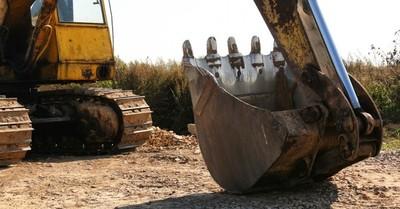 Hombre aplastó una fila de camiones con una excavadora porque no recibió su salario