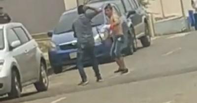 """La Nación / A machetazo limpio: disputa entre jóvenes al estilo """"samurái"""" en el barrio San Francisco de Asunción"""