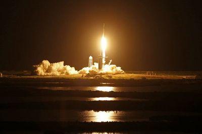 Misión espacial con tripulación civil ya orbita la Tierra