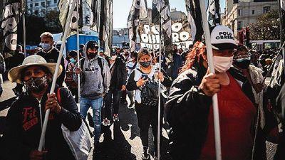 Protestas vuelven a las calles tras caída electoral oficialista