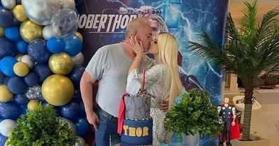 González Vaesken recibió una candente beso por su cumpleaños
