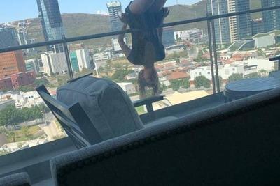 Joven cae desde un 8vo piso mientras practicaba yoga