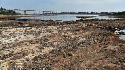 Río Paraguay, a solo 9 centímetros de bajante histórica