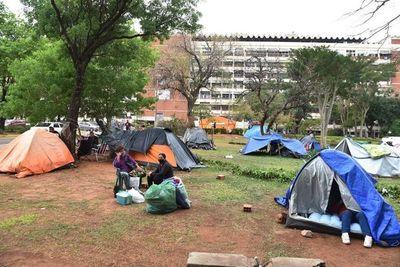 Por desidia en IPS, familiares de internados acampan en improvisadas carpas