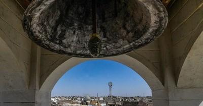 La Nación / La campana de una iglesia de Mosul en Irak repica de nuevo siete años después de ISIS