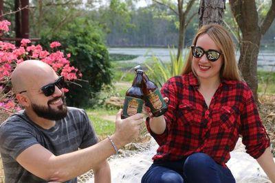 Jóvenes emprendedores elaboran cerveza artesanal a partir de la yerba mate