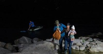 """La Nación / EEUU aumentará """"vuelos de deportación"""" para inmigrantes varados en Texas"""