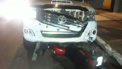 Conductor de camioneta choca a motociclista y arrastra por 4 cuadras el biciclo