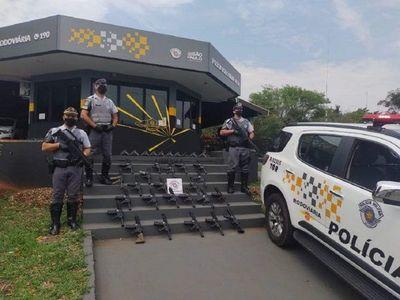 Policía brasileña incauta 23 fusiles y 10 pistolas que iban en camión paraguayo