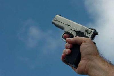 Persiguió a delincuentes y acusó dos disparos