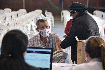 """Casos de covid-19 se reducen en el país, pero aumentan en América, mientras Paraguay """"pelea"""" por vacunas"""