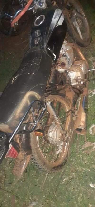 Joven motociclista fallece al estrellarse contra camión tumba