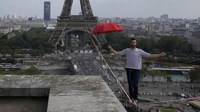 Un funambulista francés cruza el río Sena sobre una cuerda a 70 metros de altura