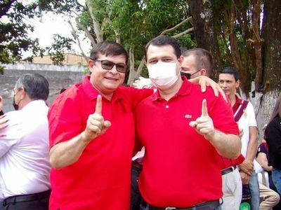 Ex precandidato colorado rechaza abrazarse con intendentable imputado en Minga Guazú