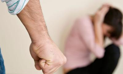 Policía detiene a tres hombres por violencia familiar