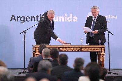 Con un gesto de desdén, el nuevo ministro de educación argentino apartó la Biblia en la mesa antes de jurar