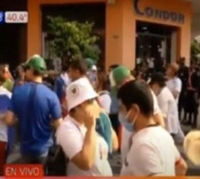 Manifestación de personal de blanco, exigen nivelación salarial