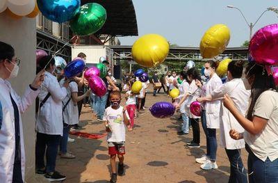 Pacientes sanados de cáncer celebran la vida en tradicional festejo en el Hospital de Clínicas