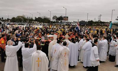 Con una colorida bienvenida y mucha emoción fueron recibidas las reliquias de Chiquitunga a Paraguay