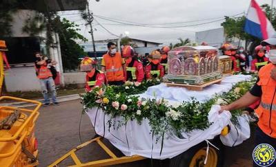 Fieles reciben con gran emoción las reliquias de Chiquitunga •