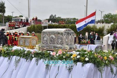 Emotiva llegada de las reliquias de Chiquitunga a Paraguay