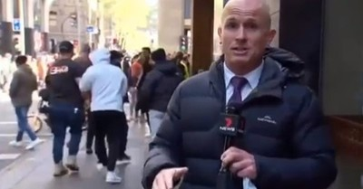 Reportero fue atacado con orina, sujetado del cuello y golpeado por manifestantes en Australia