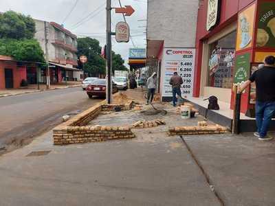 Construyen en vereda y la municipalidad no está enterada