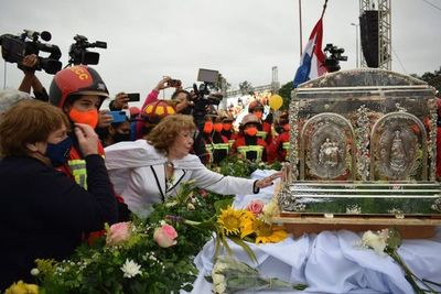Feligreses dieron emotiva bienvenida a reliquias de la beata Chiquitunga