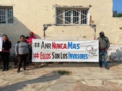 """Ciudadanos toman seccional y piden a los colorados """"invasores"""" que liberen los espacios públicos"""