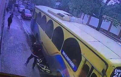 Conductor de la Línea 26 arrolló una bicicleta tras reclamo de ciclista – Prensa 5