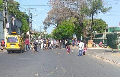 Indi denunció a nativos que bloquean diariamente la avenida Artigas y pide que la Fiscalía actúe