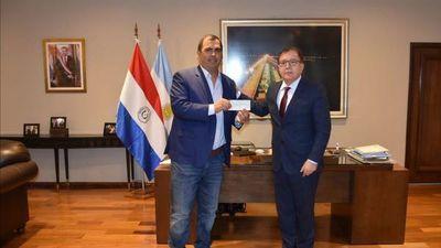 Díaz Verón recibe aporte de la EBY a días de las elecciones