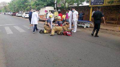 Dos mujeres fueron atropelladas por taxista frente al IPS Ingavi